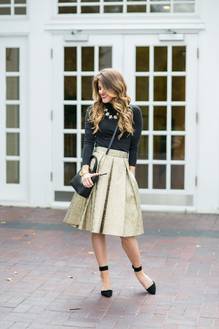 dresscode festlich goldener rock wie puppe schöne frau firmenparty elegant und lässig schwarz-golden