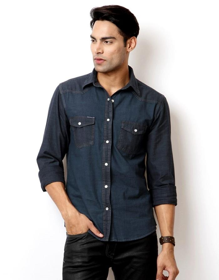 dresscode business casual für männer jeans motiv hemd in dunkelblau schwarze hose armband