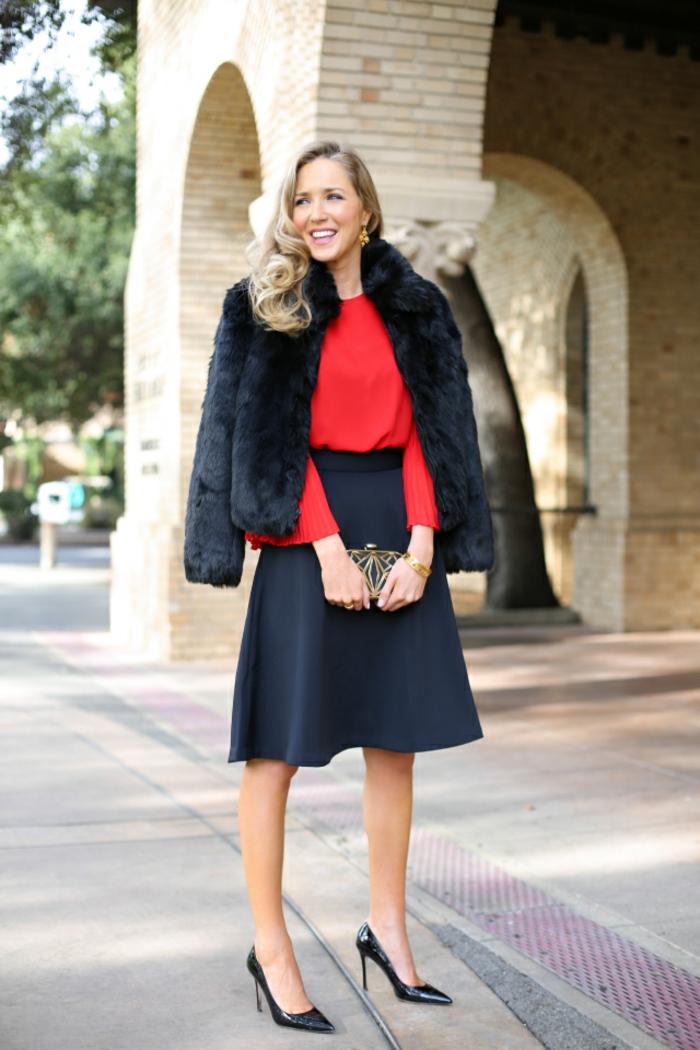 besonders elegante und schlne frau absatzschuhe clutch mit goldener deko lockige haare blond lächeln