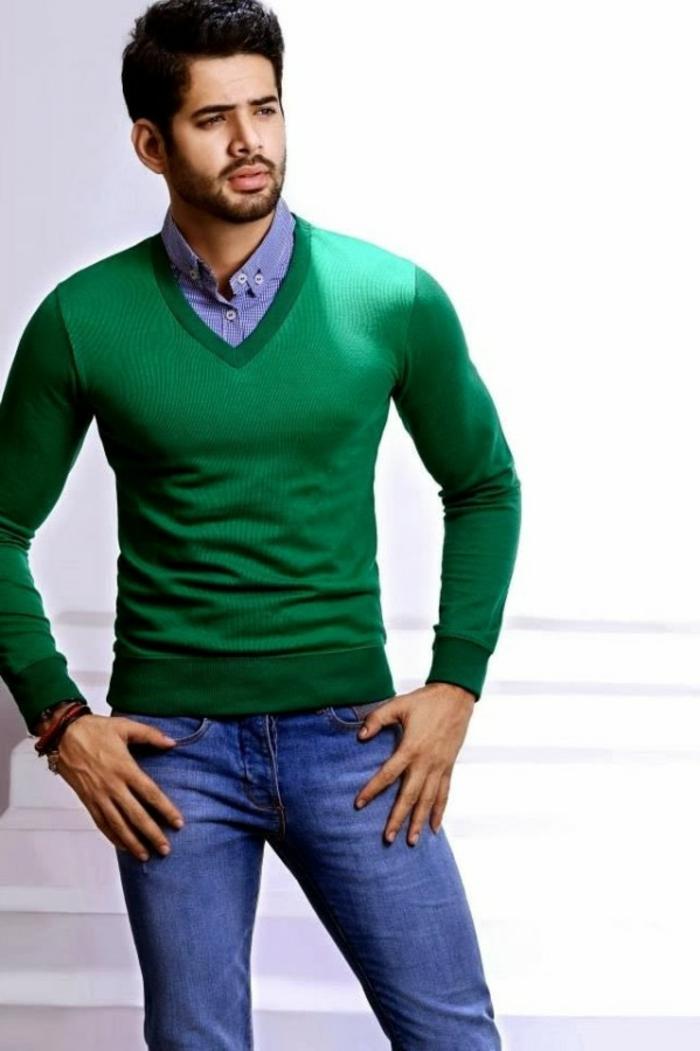 dresscode festlich sportlich eleganter look für männer blaue jeans blaues hemd grüner pulli bart frisur mann