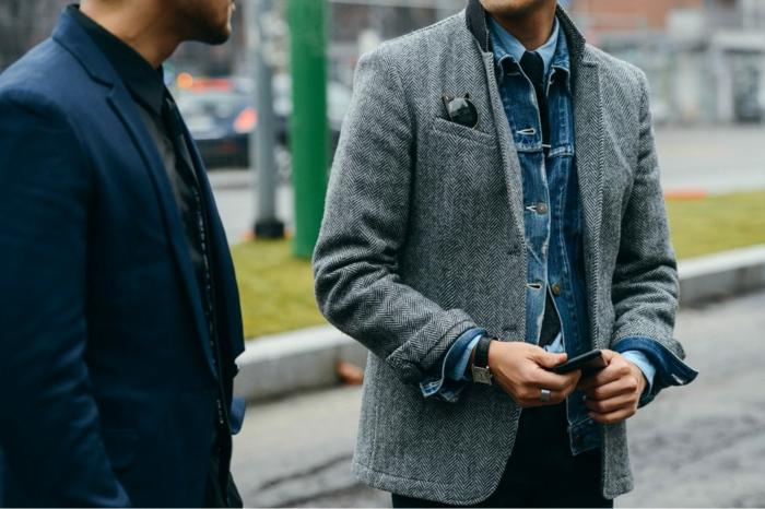 business casual look für mann zwei männer verhandeln miteinander businessman jeans blazer
