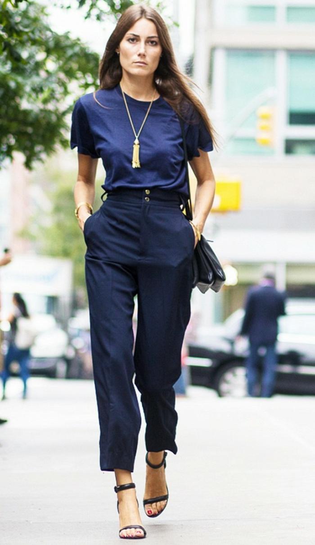 leger kleidung für die arbeit frau in blauem outfit lange goldene kette absatzschuhe