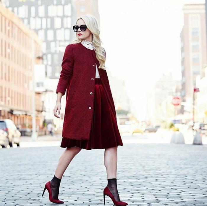 dresscode festlich elegant blonde frau roter lippstick roter mantel absatzschuhe rock party mood