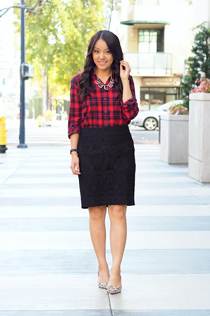 festliche kleidung dresscode rock in schwarz und hemd rot kariert kette quadratische elemente
