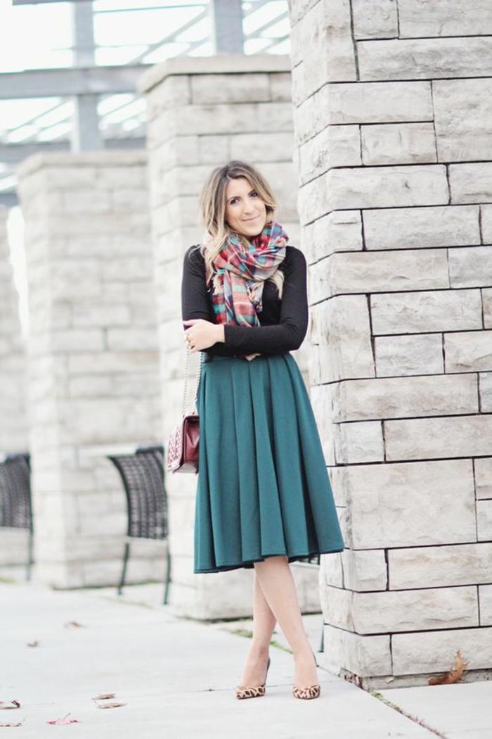 kleiderordnung dunkler anzug frau mit schwarzer bluse grüner rock leo absatzschuhe rote ledertasche schall