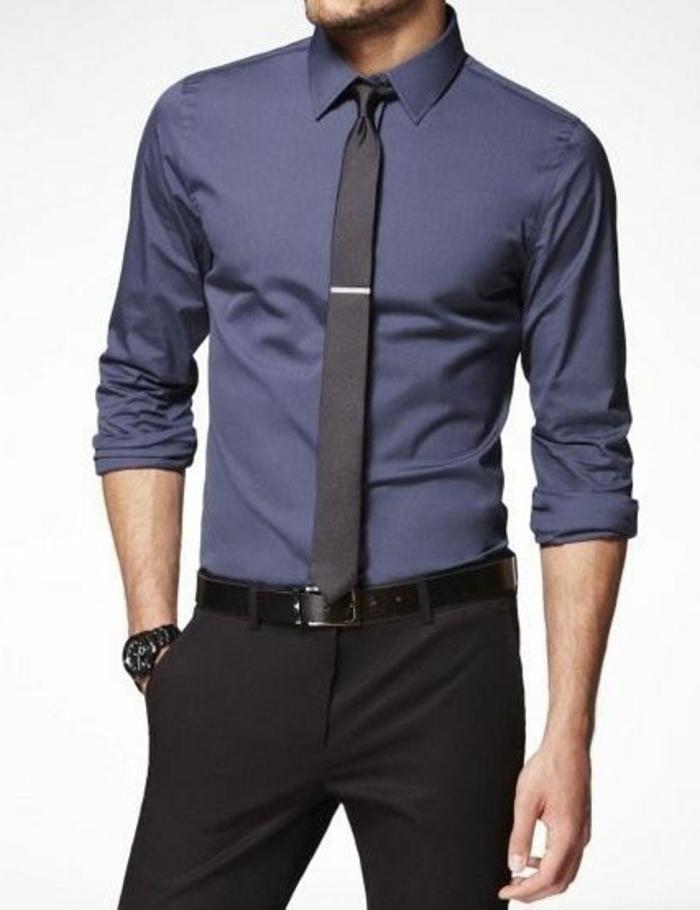 dresscode dunkler anzug dunkle hose blaues hemd krawatte mit krawattennadel armbanduhr männer