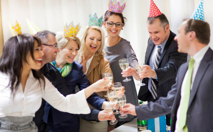 dresscode business casual firmenparty kollegen die frauen tragen kronen lustige idee prost sagen