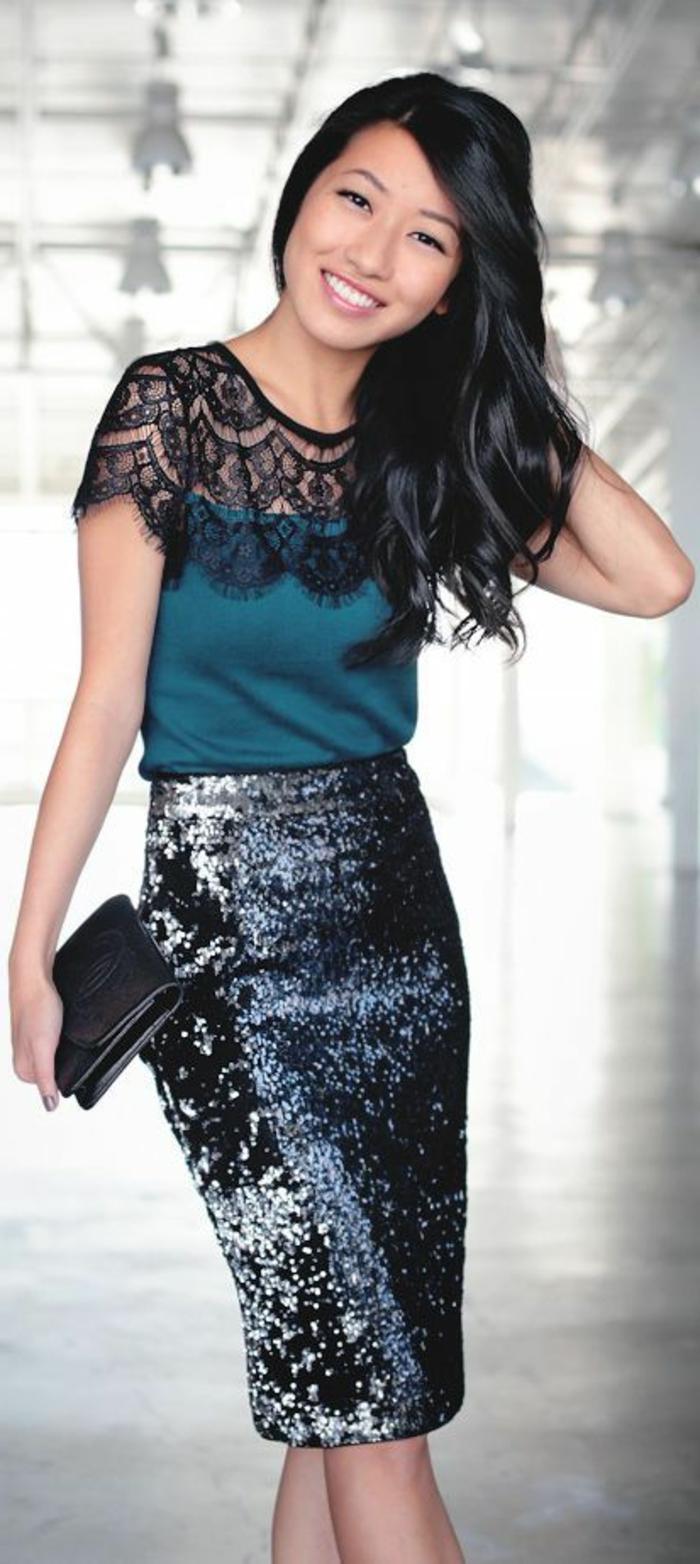 dresscode business casual frau mit rock knielänge türkis bluse mit spitze schwarze haare brünette