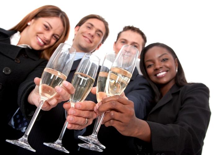 kollegen gehen zusammen feiern tolle idee männer und frauen nach der arbeit party veranstalten