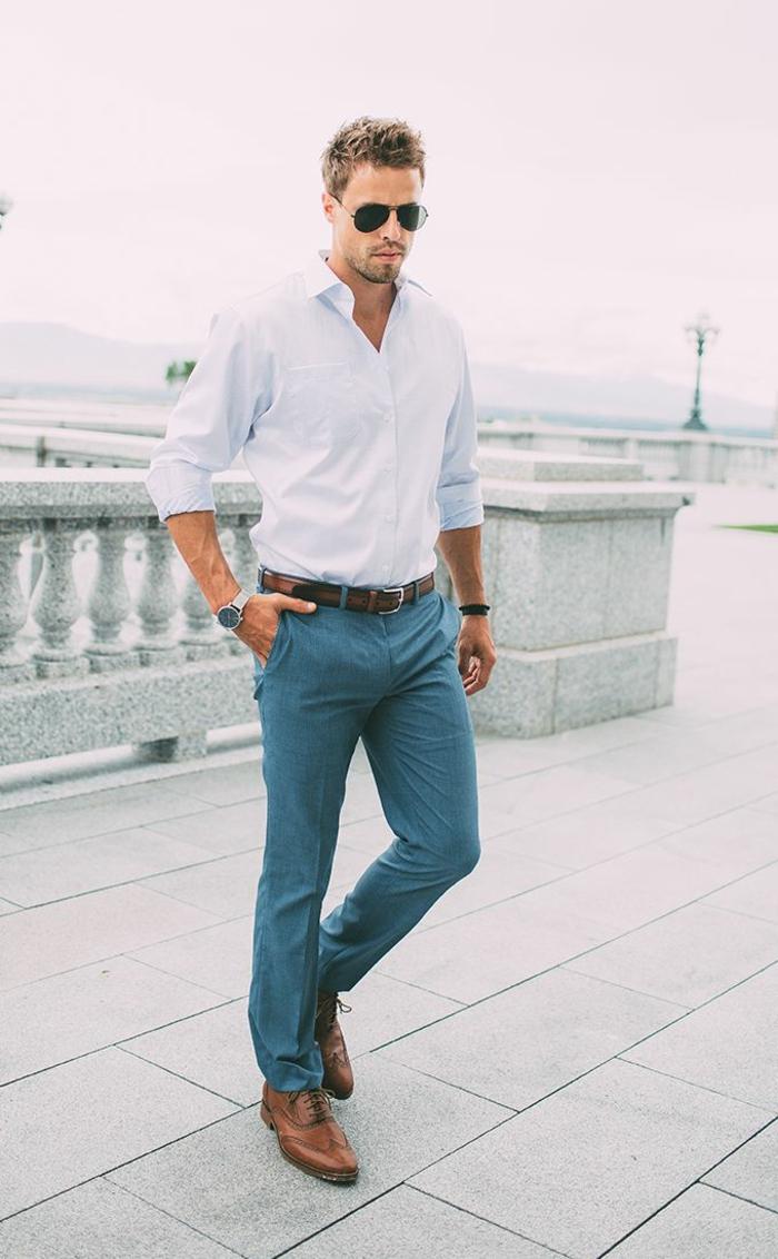 dresscode casual chic ideen zum anziehen mann blaue hose weißes hemd brauner gürtel schuhe brille
