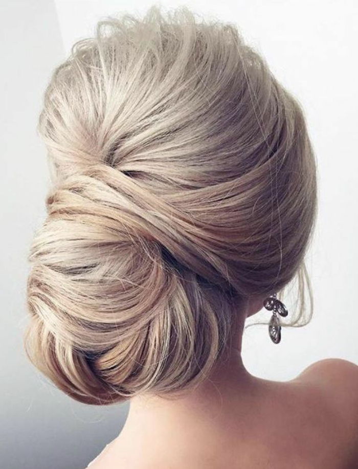 dame mit blonden haaren und fantastischer hochsteckfrisur