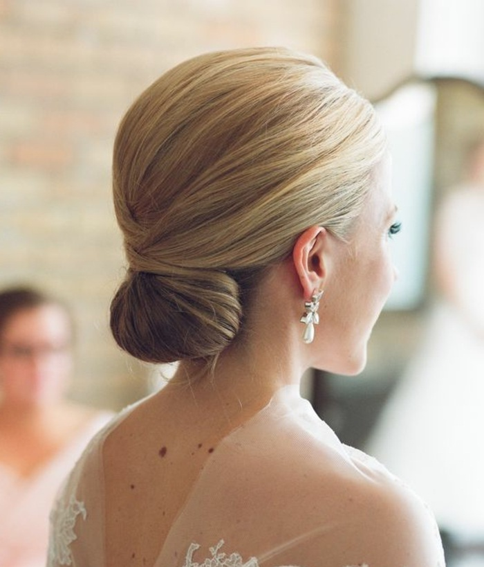 dutt frisuren - dame mit stilvoller hochsteckfrisur