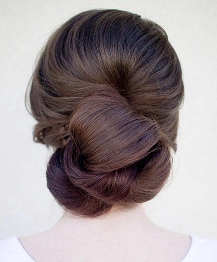 dame mit braunen haaren und edler dutt frisur