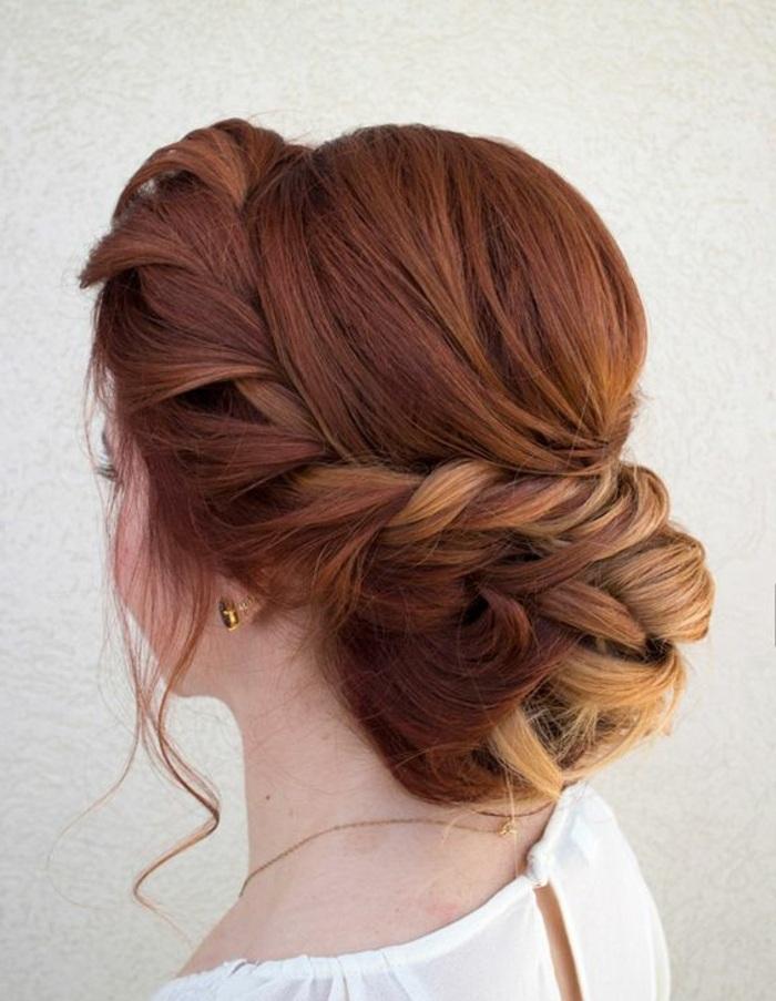 dame mit roten haaren und geflochtenem dutt