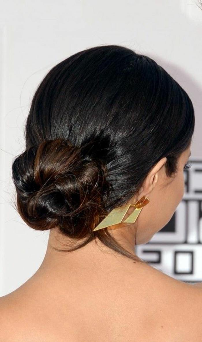 dame mit schwerzen haaren und stilvoller hochsteckfrisur