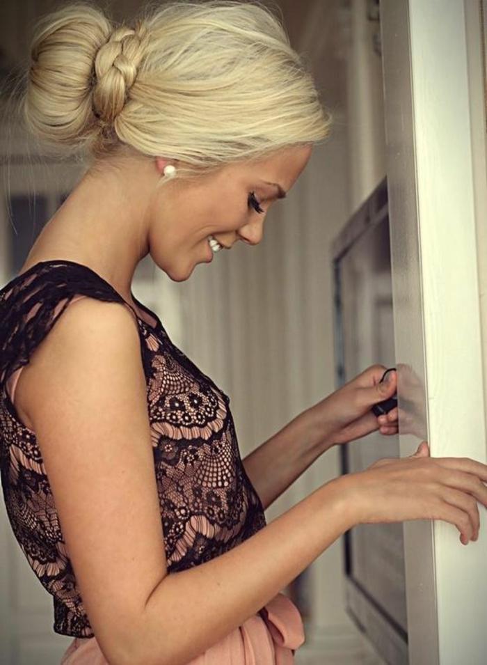 elegante dame mit schönem kleid mit schwarzer spitze und blonden haaren
