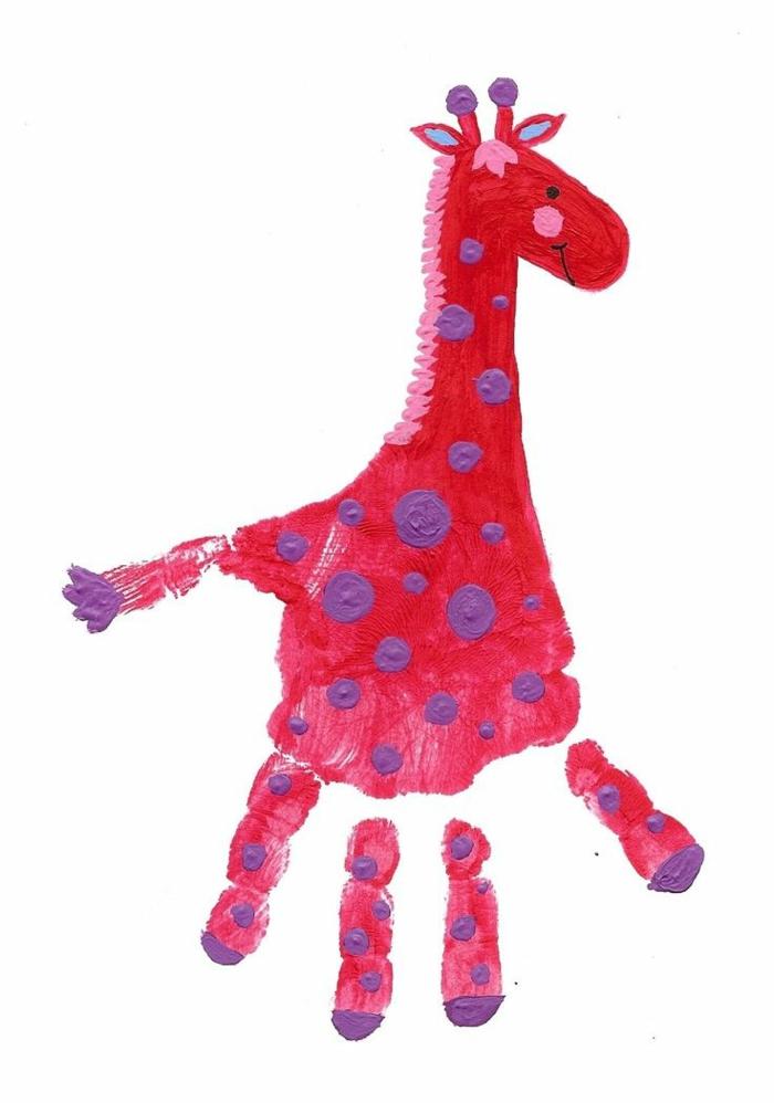 eine märchenhafte rote giraffe