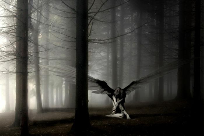einsamer-trauriger-engel-im-wald