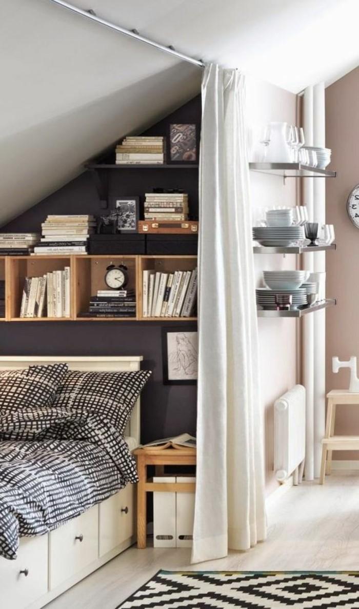 einzimmerwohnung-einrichten-bett-bettkasten-weißer-vorhang-bücherregale-schrägdach-teller
