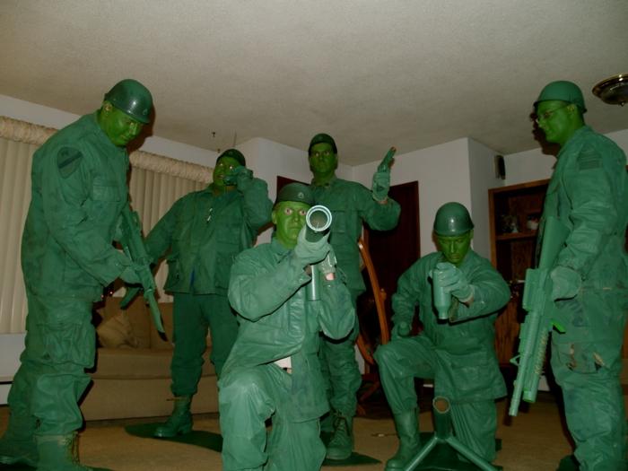 grüne Soldaten als Spielzeuge - Karnevalkostüme für eine Gruppe