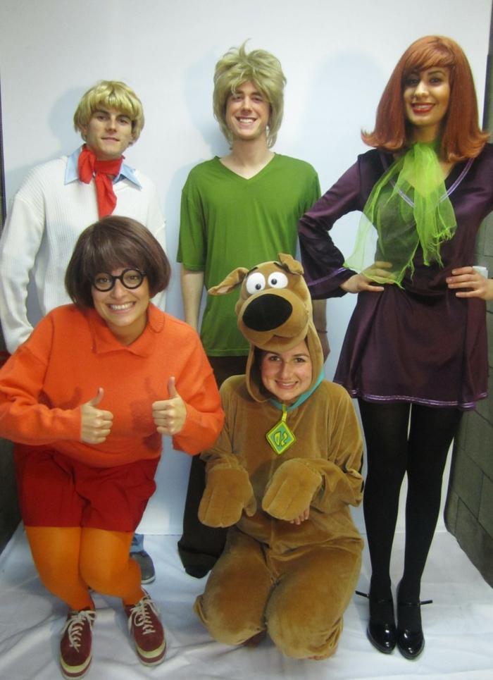 Scooby Doo mit einem Mädchen wie den Hund, andere auch in passende Bekleidung