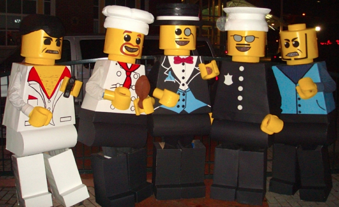 Gruppenkostüme Karneval für eine Freunde Clique aus Jungen - gelbe Legofiguren mit Kostüme