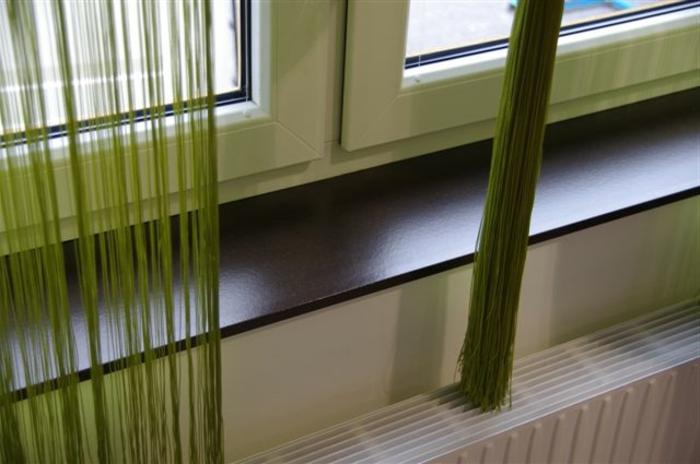 moderne gardinen und fensterbank behandelt