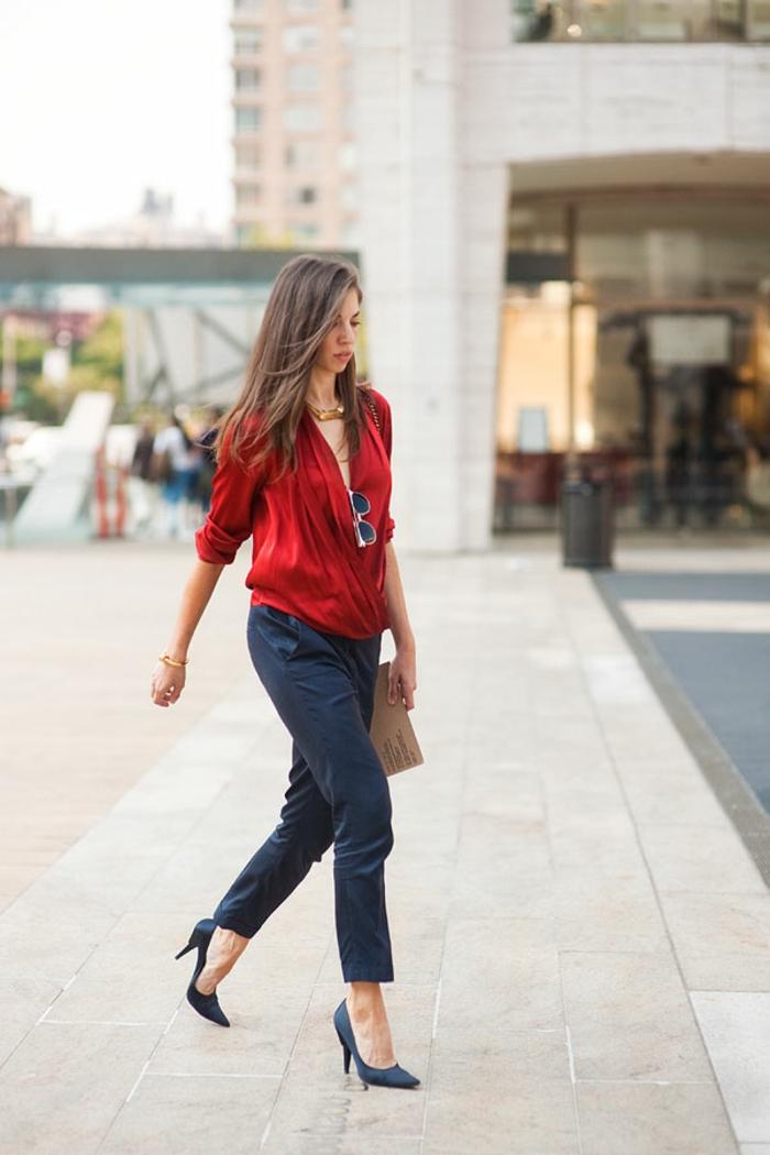 dresscode casual chic frau rot und blau kombination outfit blaue absatzschuhe elegante dame