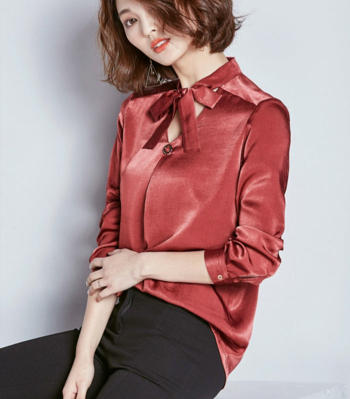 fliege-anzug-fuer-frauen-frau-mit-roter-bluse-hemd-mit-schleife-in-rot-rote-farbe-fuer-frauen-bekleidung