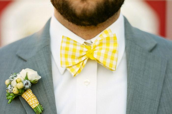 fliege-anzug-kreative-gestaltung-grauer-anzug-mit-gelber-fliege-schleife-weisses-hemd-mann-mit-bart