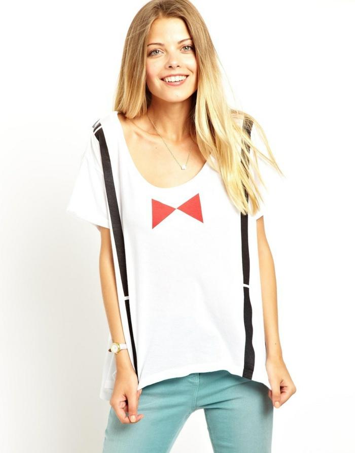 fliege-anzug-lustige-idee-schoene-blonde-frau-traegt-t-shirt-mit-einem-bild-von-schleife-in-roter-farbe