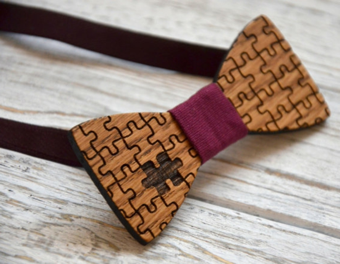 fliege-kaufen-braune-hoelzerne-schleife-querbinder-mit-dunkelrotes-element-puzzle-design