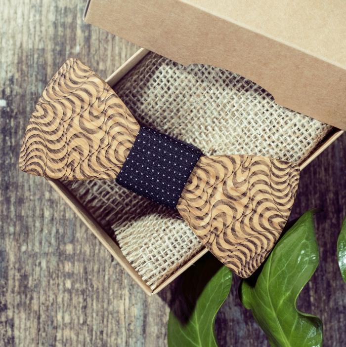 fliege-kaufen-hoelzerne-fliege-als-geschenk-fuer-den-lieben-mann-geschenkideen-zum-valentinstag-kreative-idee