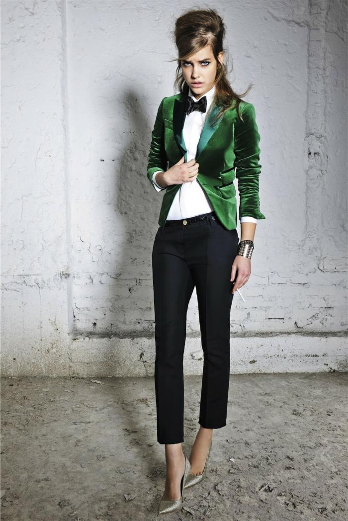 fliege-oder-krawatte-elegante-frau-mit-gruenem-blazer-schuhe-mit-absaetzen-schwarze-hose