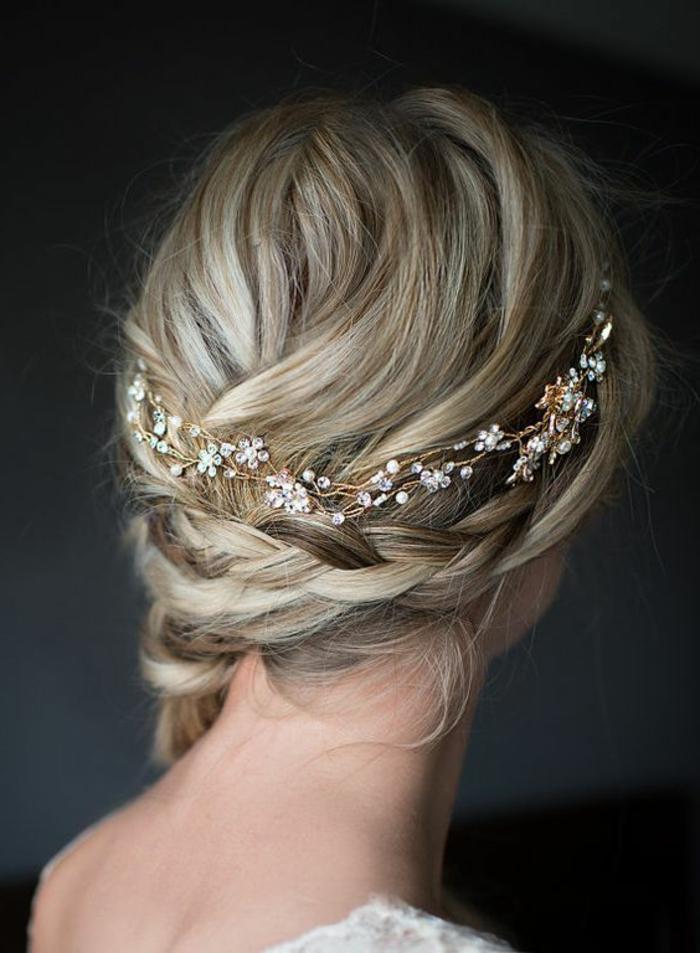 dame mit blonden haaren und romantischer brautfrisur