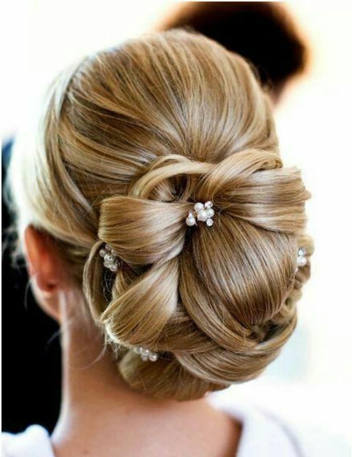 super elegante hochsteckfrisur geschmückt mit kleinen, weißen perlen