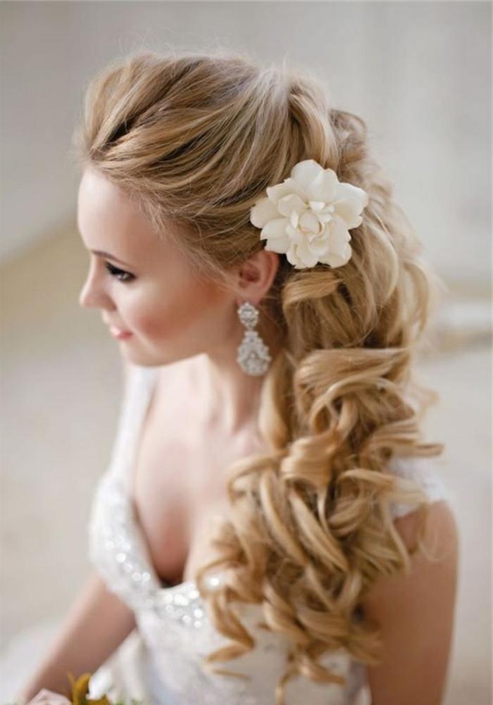 braut mit langen, blonden haaren und stilvoller frisur