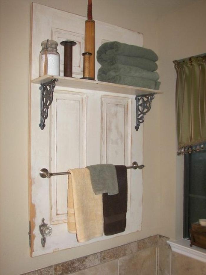 garderobe-aus-alter-tür-im-badezimmer-mit-den-nützlichen-sachen