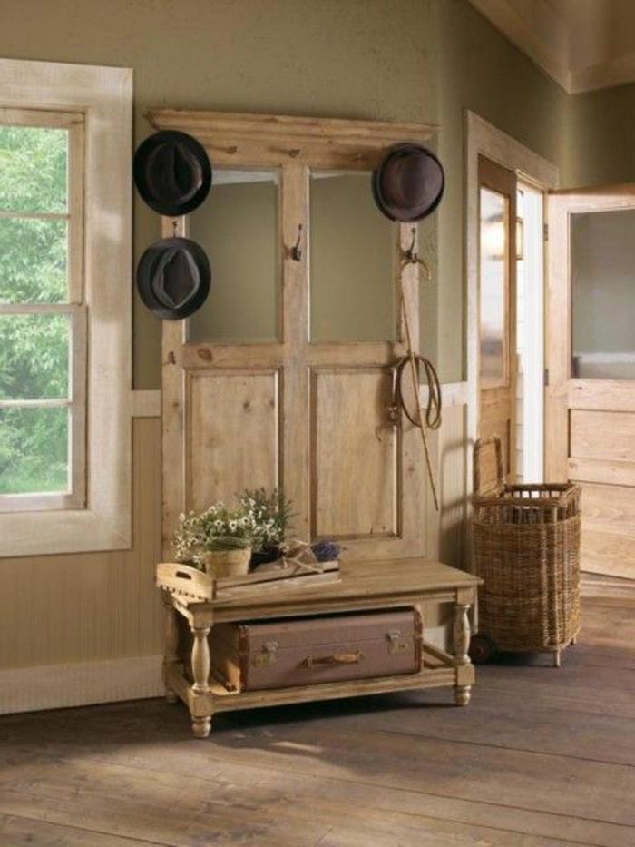 garderobe-aus-alter-tür-in-einem-landhaus-für-hüte-und-einen-koffer