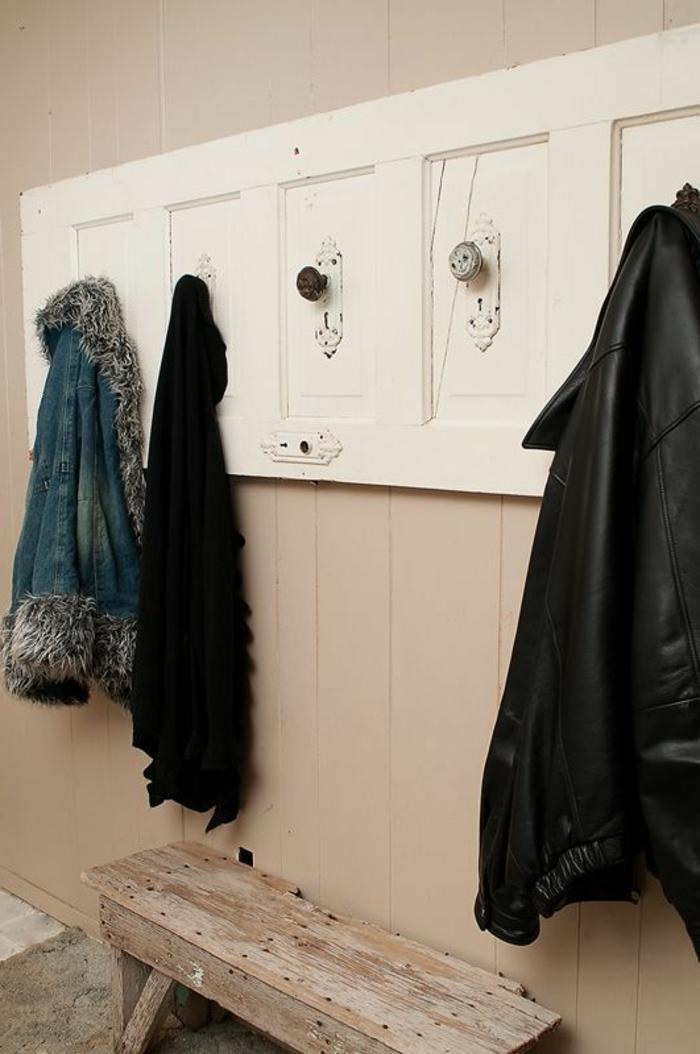 garderobe-aus-alter-tür-in-weißer-farbe-mit-hängenden-jacken