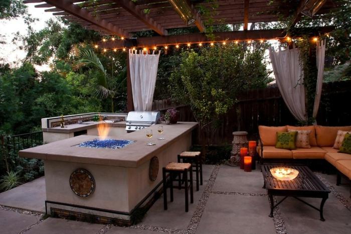 toll gestaltete Gartenküche mit Kamin-Bart
