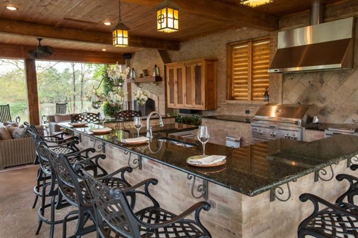 Außenküche mit Marmorbar und schwarzen Barstühlen aus Metall