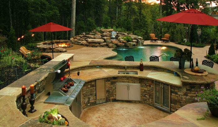 Außenküche mit Schwimmbad und offener Feuerstelle