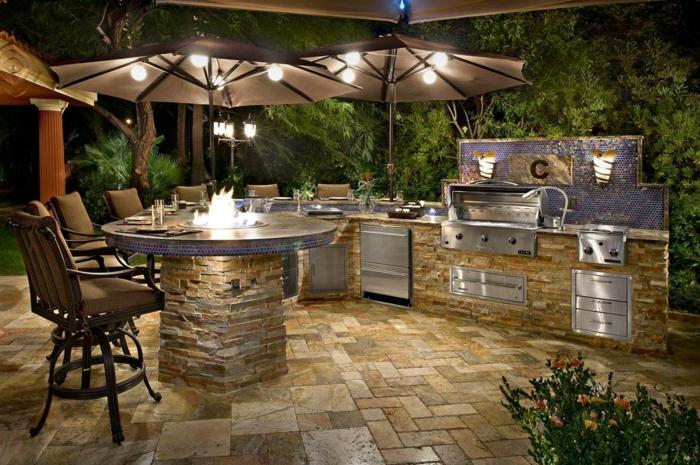 Außenküche mit Kamin-Bar und Grill, Küchenrückwand mit Mosaik