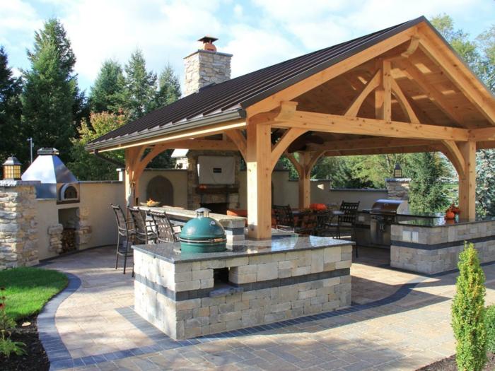 Außenküche mit einer Dachkonstruktion aus Holz