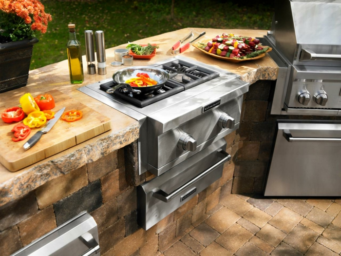 Outdoor Grillküche mit Gas-Kochplatten für leckere Wokgerichte