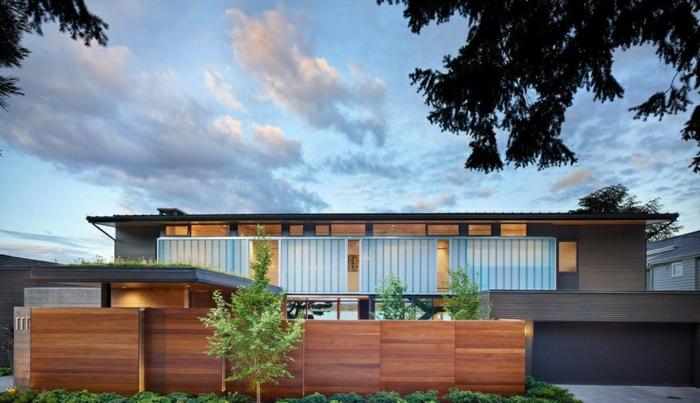 wunderschönes Haus im Landhausstil mit Gartenzaun aus Holz