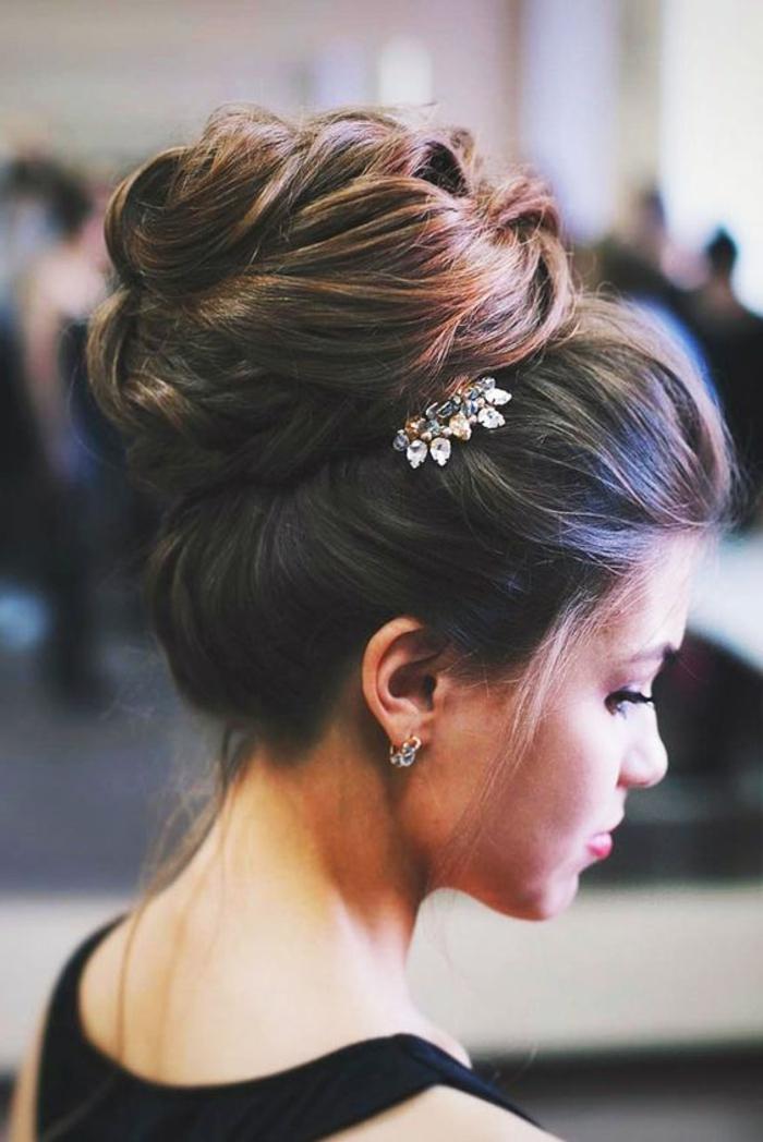 wunderschöne hochsteckfrisur mit silbernem haarschmuck