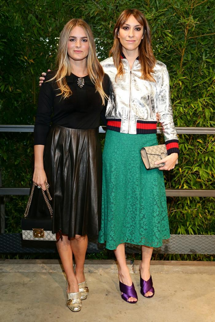 dresscode casual zwei moderne damen grüner rock schwarzer lederrock gucci taschen