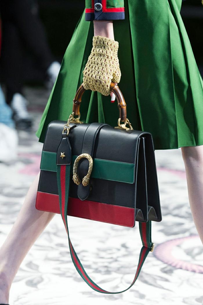 moderne und schöne gucci tasche dunkelblau grün rot grüner rock gelbe handschuhe mode